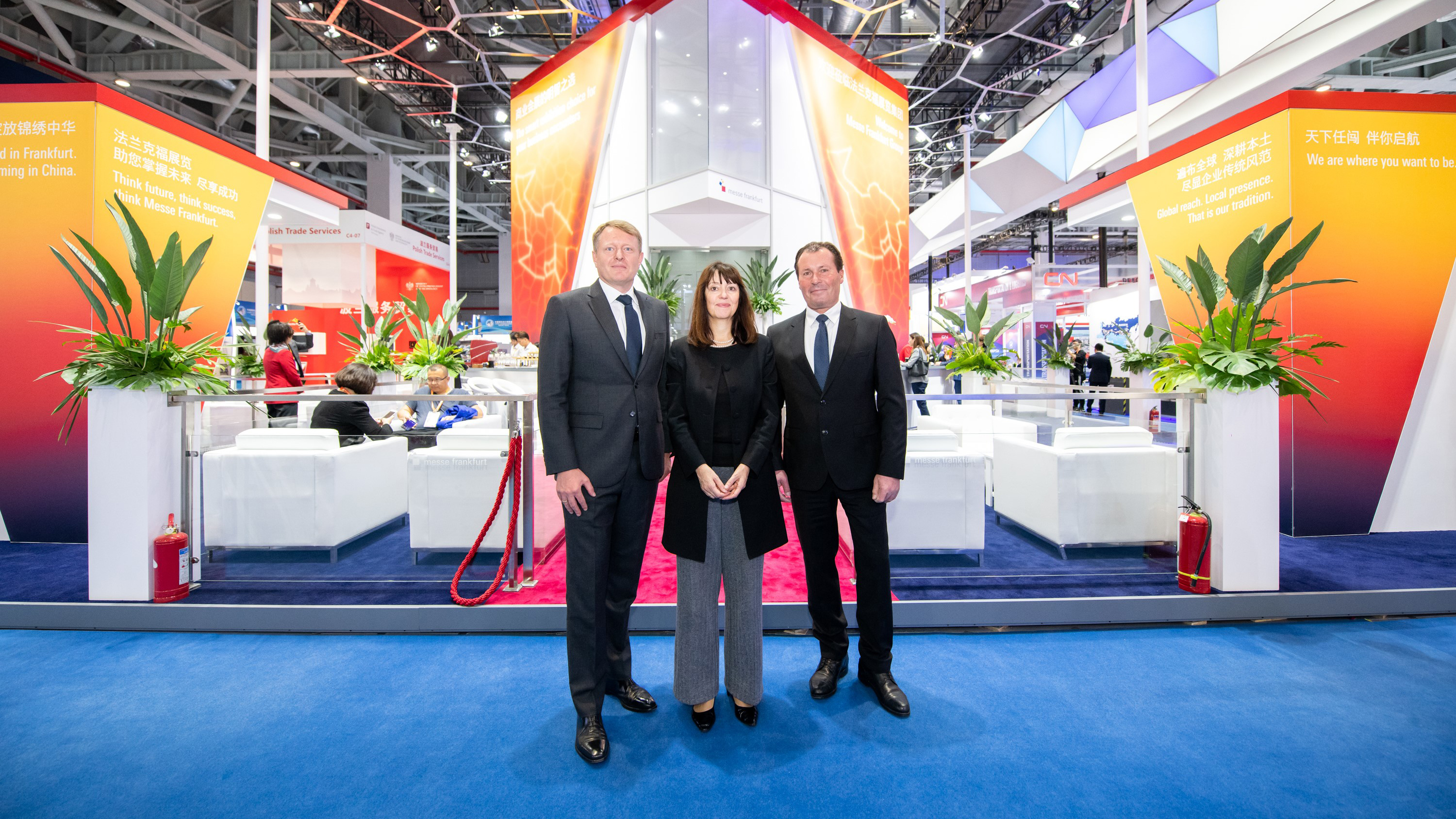 Top Messe Frankfurt Group management at CIIE on the opening morning of the fair. From the left: Mr Stephan Buurma, Board of Management; Ms Iris Jeglitza-Moshage, Board of Management; Mr Wolfgang Marzin, President & Chief Executive Officer