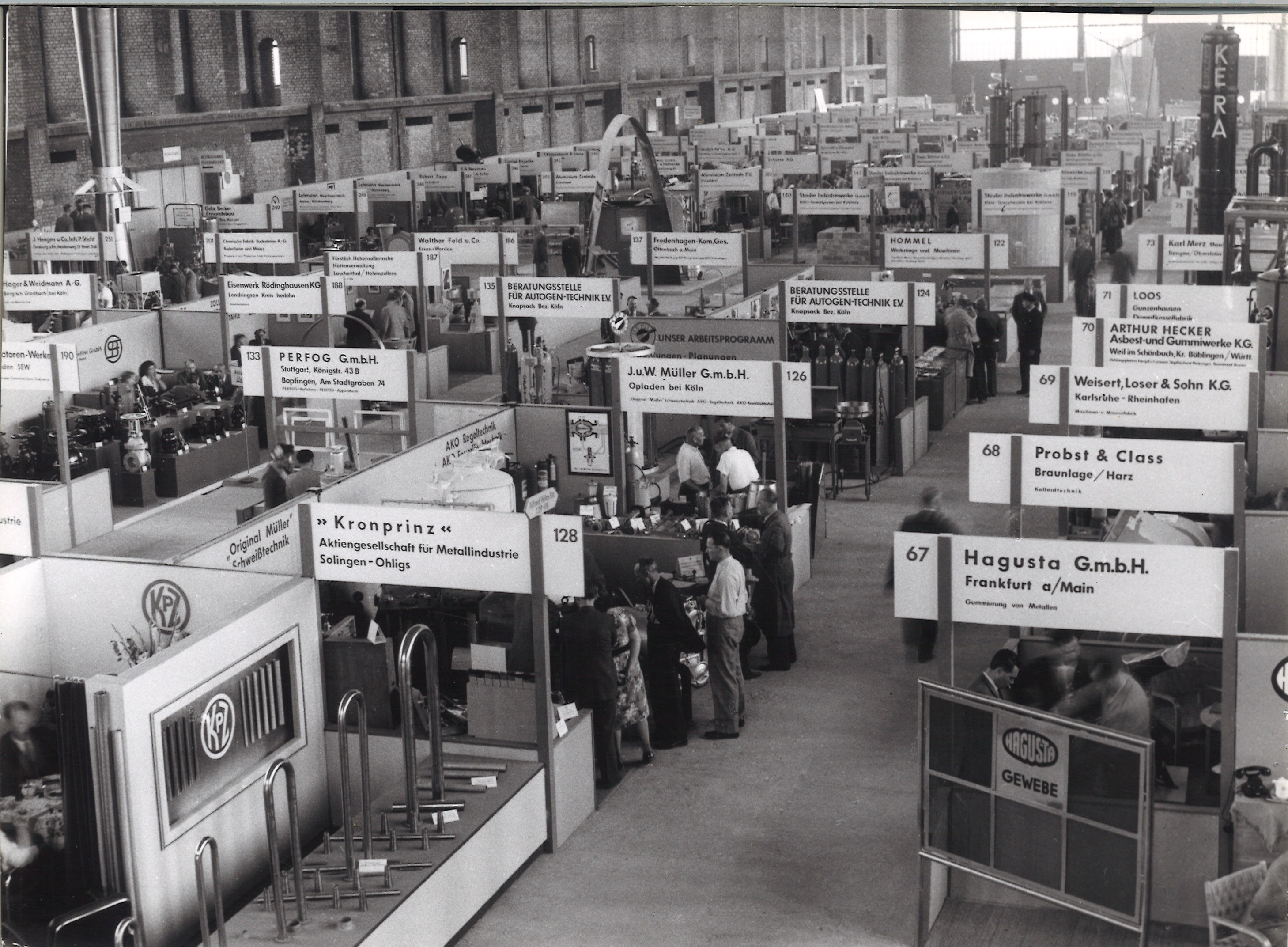 "Stand construction at the first post-war trade fair in the ""Haus der Technik"" (Technology Building)"