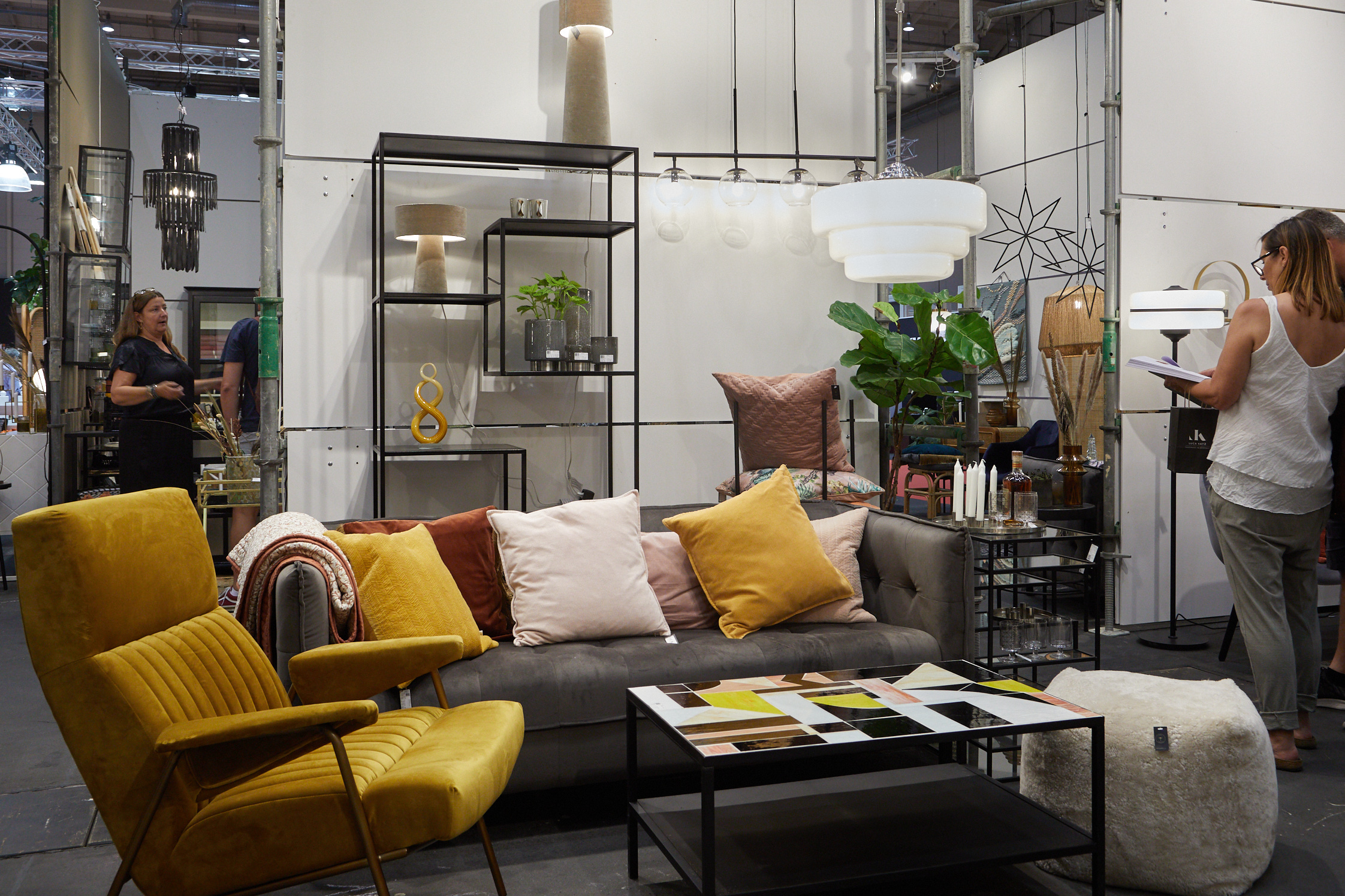 Mustard yellow highlights in interior decorating