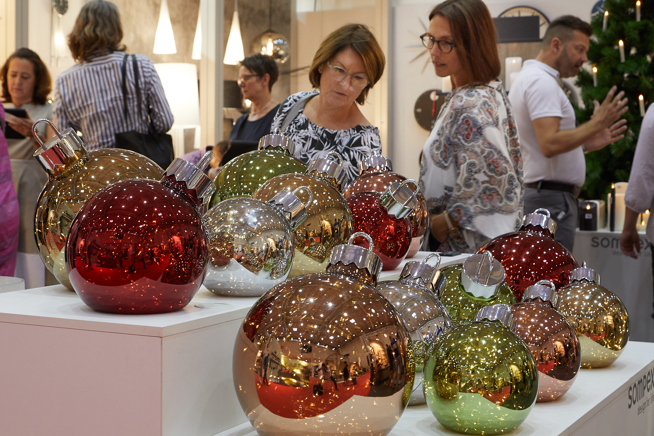 Summer meets Christmas: XL Christmas tree baubles with integrated LED lights in Hall A4